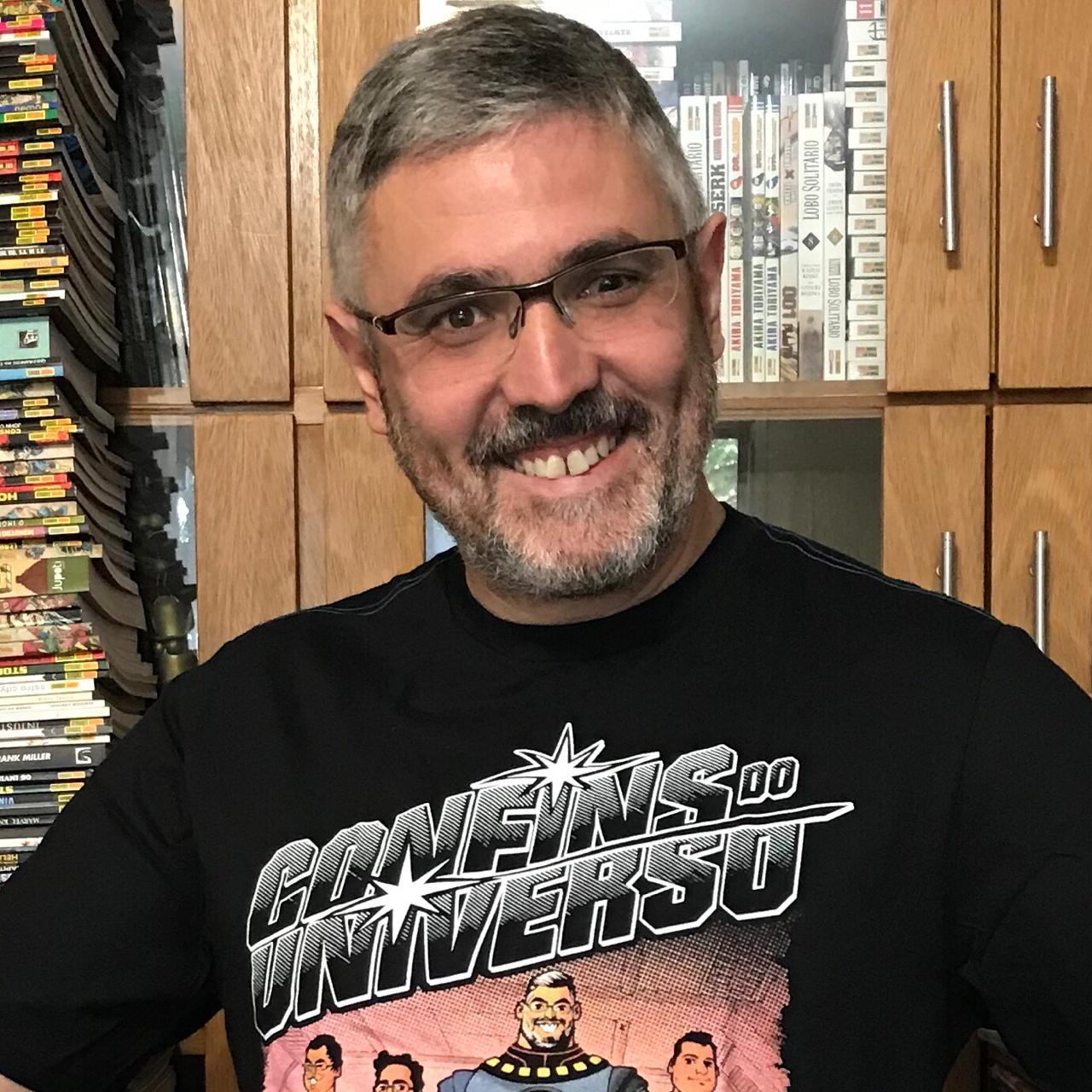 Sidney Gusman com a camisa do Confins do Universo