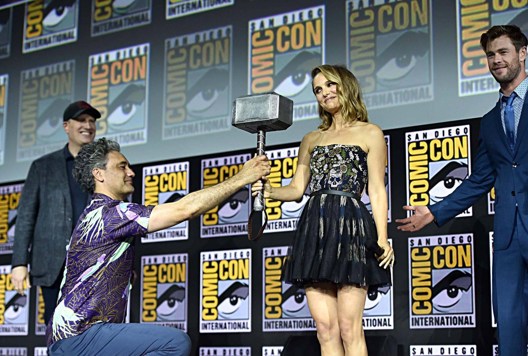 Natalie Portman recebe o Mjolnir do diretor Taika Waititi