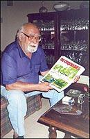 Flavio Colin, segurando uma de suas obras ainda inédita