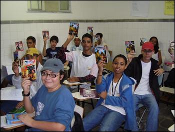 Estudantes com as revistas da Mythos