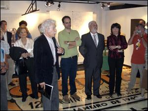 """Exposição """"O Mosquito"""": José Ruy (à frente) fala para os presentes sobre o chão personalizado"""