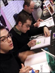 Criadores participam de sessão de autógrafos