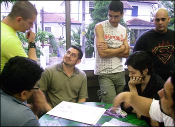 Joe Prado (de amarelo), Eddie Berganza e Renato Guedes (sentado e de camisa preta)
