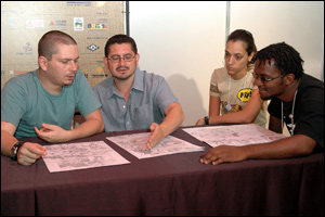 Berganza (de_cinza) avalia portfólio na companhia de Joe Prado (a esquerda) - Foto de Glenio Campregher